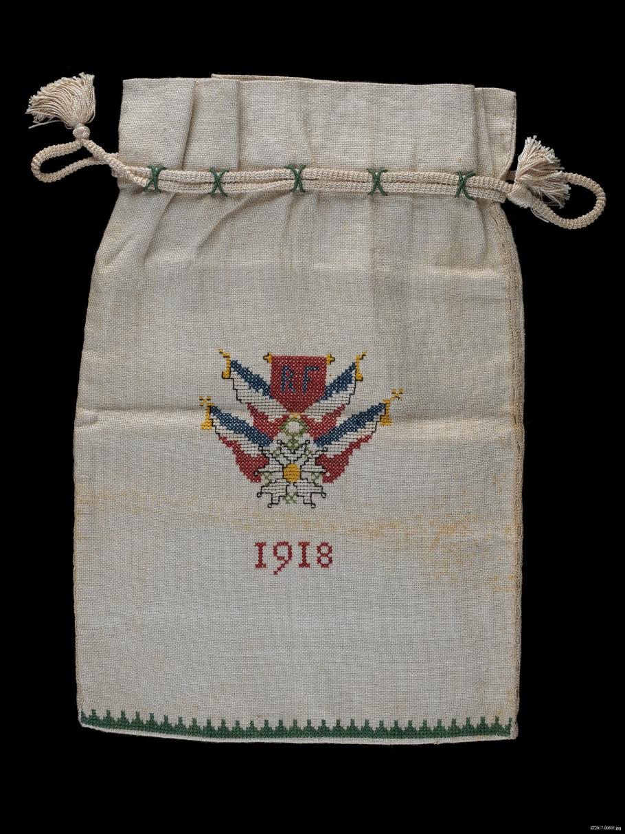 Canvas bag wit 1918 and symbol embroidered on center.