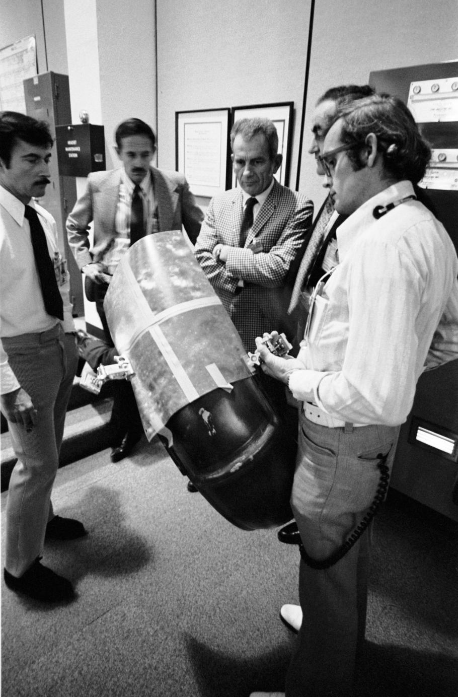 NASA Team Meet to Discuss LRV Repair