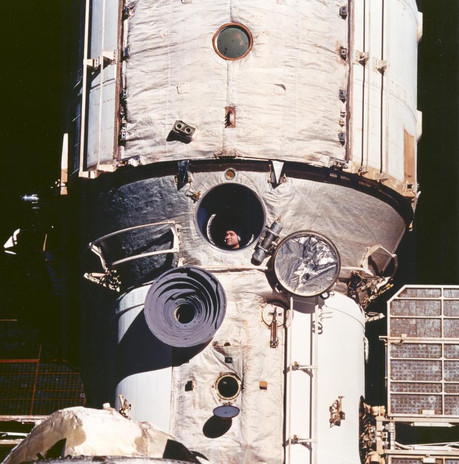 Mir Cosmonaut Views Discovery