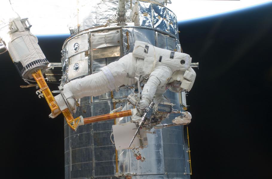 STS-125 EVA