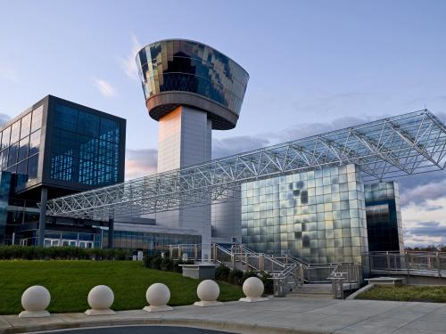Image of the entrance of the Steven F. Udvar-Hazy Center and the Engen Observation Tower.