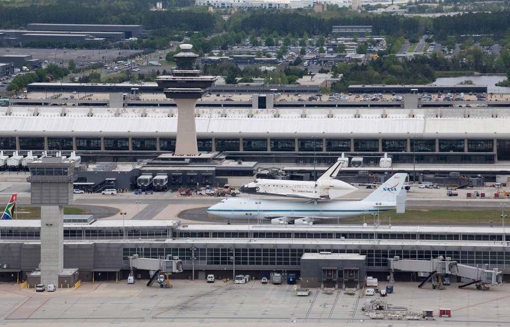 space shuttle discovery dulles airport - photo #9