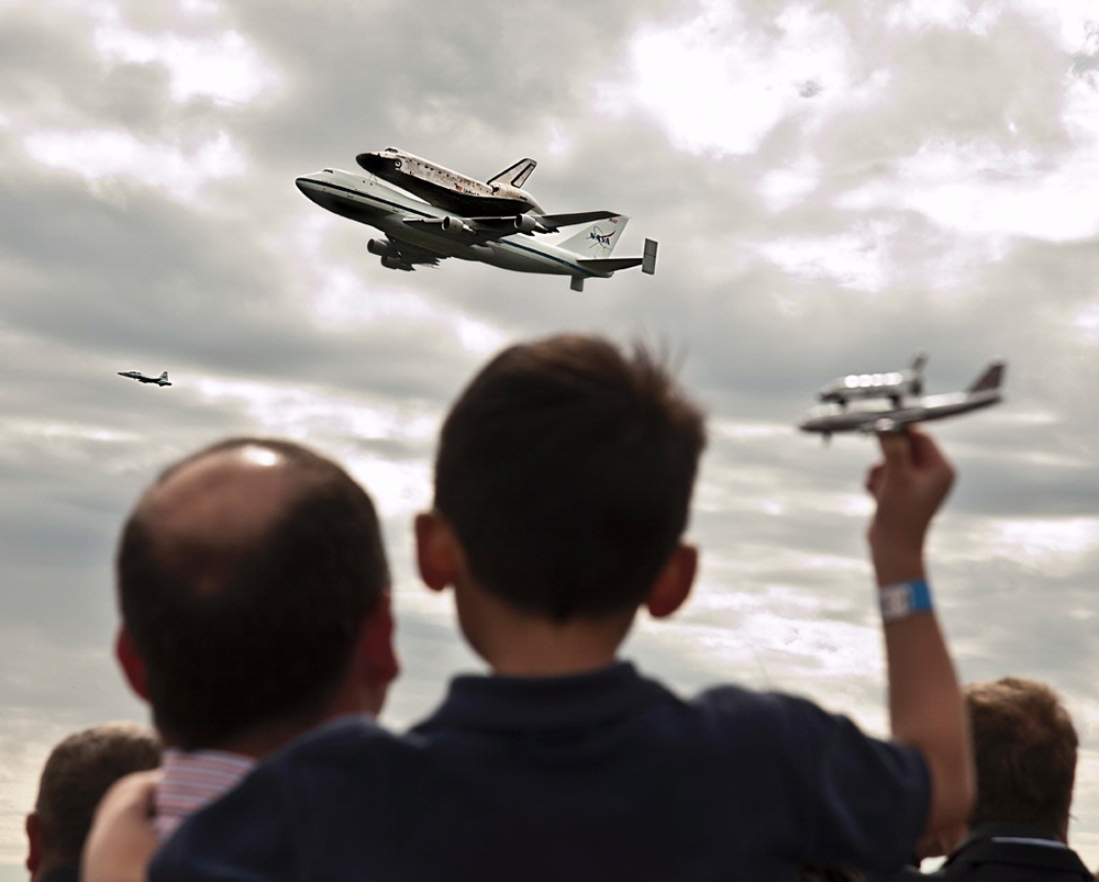 Space Shuttle Discovery delights the crowd at the Udvar-Hazy Center